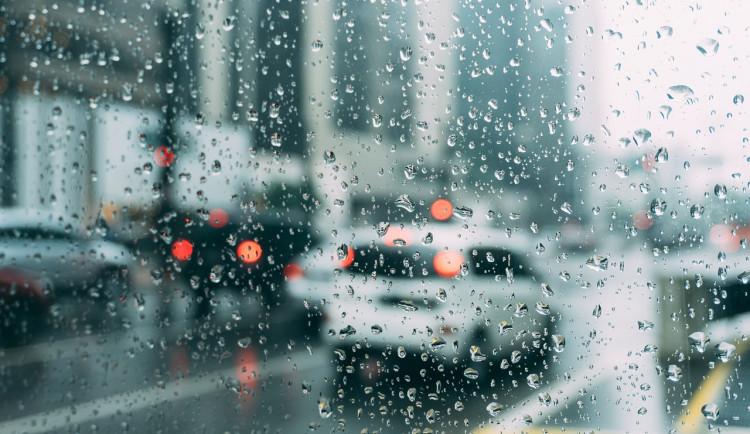 POČASÍ NA SOBOTU: Ochladí se a přijde déšť, k večeru můžeme čekat i bouřky