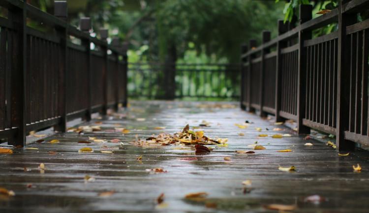 POČASÍ NA NEDĚLI: Ráno může být jasnější, později bude ale zase pršet