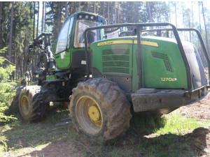 Lesnímu dělníkovi zloděj rozebral celý stroj. Ukradl vybavení včetně součástek za půl milionu