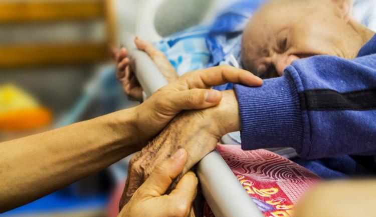Umírat s úctou. Kraj dá opět deset milionu na domácí hospicovou péči
