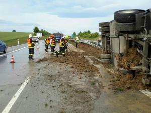 FOTO: Na dálnici havaroval kamion převážející prasata, několik jich uhynulo