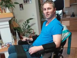 Bývalý záchranář skončil po mozkové příhodě na vozíku. Veřejná sbírka mu má pomoci zaplatit rehabilitace