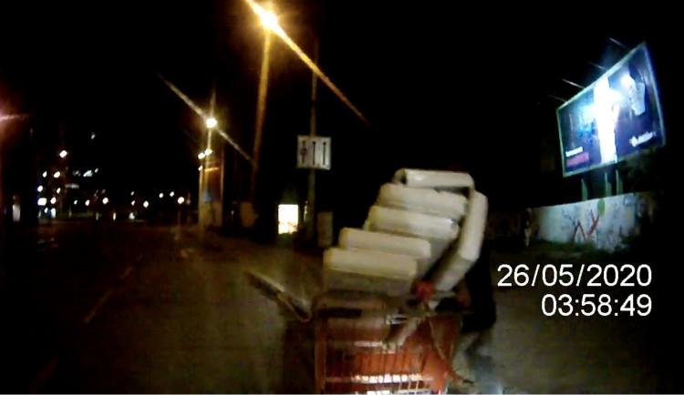 Muž tlačil na Starém Brně z posledních sil vozík s nakradeným kovem, na kamerách ho přitom pozorovali strážníci