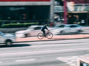 Cyklista do sebe naházel deset piv a pět kořalek, ve tři odpoledne ho chytili policisté se třemi promile