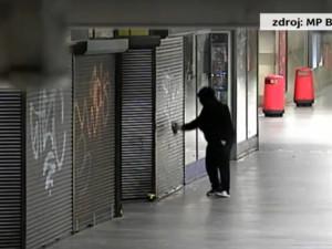 VIDEO: Za 13 sekund stihl neznámý muž poničit stánek nápisem. Sprejer byl rychlý, policie ale byla rychlejší
