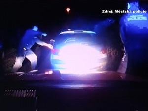 VIDEO: Se zhasnutými světly se Peugeot řítil ulicemi Brna a ujížděl strážníkům. Honička skončila pláčem