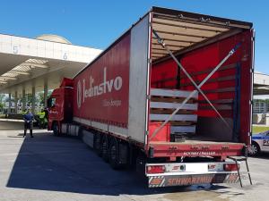Srbský řidič kamionu měl podezření, že mu někdo vlezl do přívěsu. Policisté tam našli čtyři běžence z Iránu