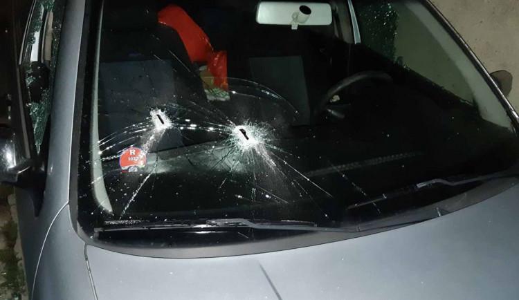 Maskovaný vandal přijel o půlnoci rozmlátit majiteli před dům jeho auto