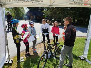 Projektu Na kole jen spřilbou je deset let. Scyklisty bude slavit napříč celou republikou