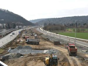 Silničáři včera měnili značky za provozu, na Žabovřeské se doteď tvoří kolony