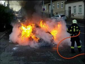 V Komíně vzplálo auto, hasiči se jeho motor snažili uhasit 20 minut