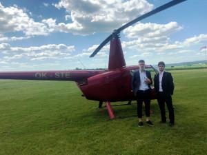 VIDEO: Mladí hráči Zbrojovky složili na Kladně maturitu a na zápas do Brna letěli vrtulníkem