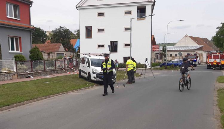 Opilý cizinec za volantem nedal na Brněnsku přednost, jeho auto smetlo skupinu chodců