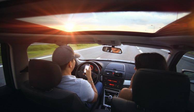 Žena půjčila auto svému příteli. Ten měl zákaz řízení a odmítal jakékoli testy na alkohol a drogy, trest hrozí oběma