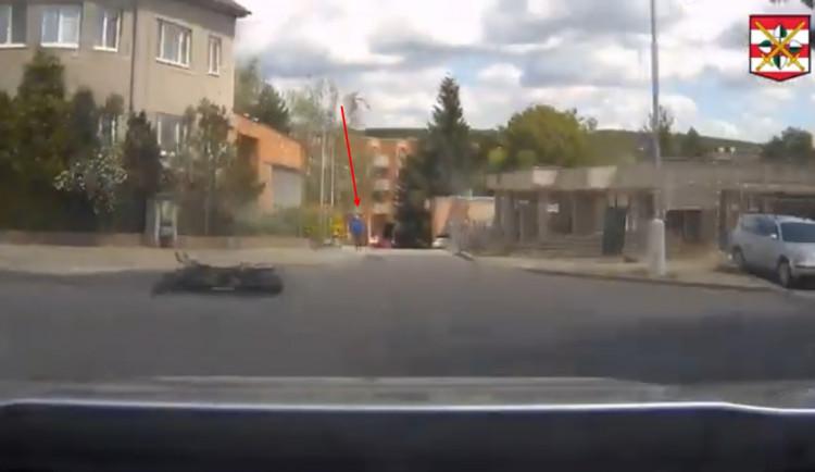 VIDEO: Motorkář ujížděl policii na kradeném stroji. Po havárii se snažil utéct pěšky, po policistech hodil helmu