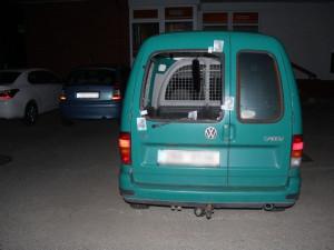Sousedka venčící psa vyrušila v noci zloděje, který vykrádal auto