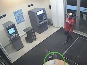 VIDEO: Neznámý podvodník si přivlastnil zapomenutou platební kartu, stihl z ní odčerpat několik tisíc