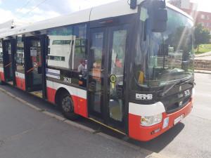 Opilý muž bez roušky prokopl v Brně dveře autobusu. Nadýchal přes tři promile