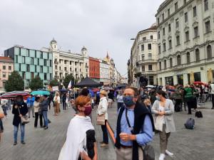 FOTO/VIDEO: Náměstí Svobody zaplnili demonstranti. S hashtagem #ptamesevlady protestovali proti vládním opatřením