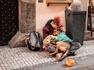 Centra pro lidi bez domova budou pomáhat i po skončení nouzového stavu, město se je rozhodlo podpořit