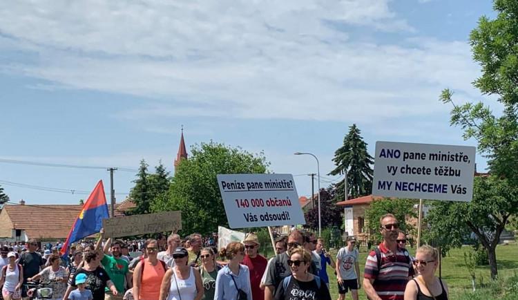 Proti těžbě u Moravského Písku protestně pochodovaly tisíce místních obyvatel