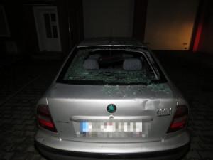 Neznámý cyklista nabořil zaparkované auto a hlavou prorazil zadní okno, pátrají po něm policisté