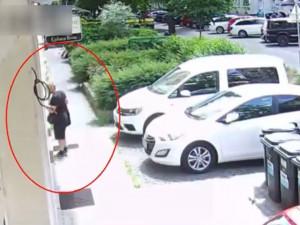 VIDEO: Neuvěřitelně drzý zloděj odnesl v Brně ze salonu krásy pokladnu, před tím vykradl byt, ve kterém spal majitel