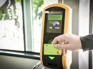 Pípni a jeď. Dopravní podnik zavádí bezkontaktní platby za jízdenky