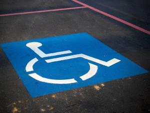 Handicapovaní si v pětině obcí v Česku musí sami udržovat parkovací místo, některé to dokonce ukládají jako povinnost