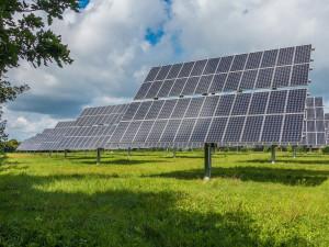 Muži chtěli pobírat dotace na solární elektrárnu, která neexistovala. Hrozí jim deset let