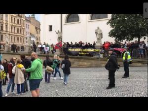"""VIDEO: Víc než stovka lidí v Brně demonstrovala za Black Lives Matters. """"Slušní lidé"""" na ně dělali opičí skřeky"""