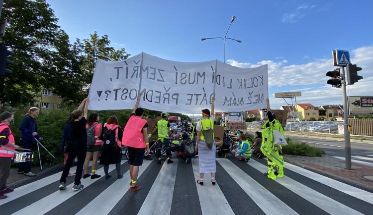 FOTO/VIDEO: Chceme bezpečný prostor. Lidé dnes v Brně blokovali dopravu v místě, kde o víkendu řidič zabil na přechodu chodce