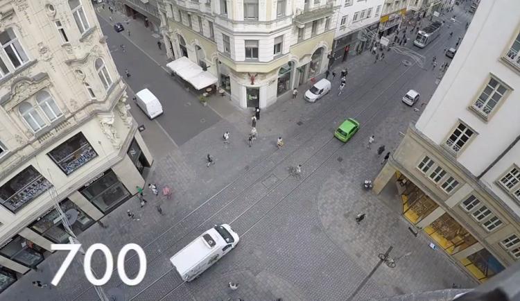 VIDEO: Pěší zóna? Masarykovou ulicí v centru projede v pracovních hodinách tisíc aut