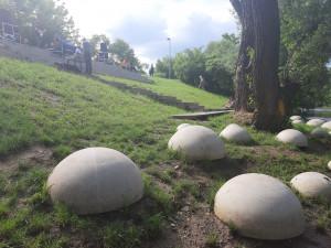 Za necelých osm milionů korun vznikla nová odpočinková místa na nábřeží Svratky