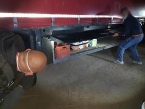 Řidič kamionu vezl pneumatiky k traktorům. Policie mezi nimi našla pět migrantů