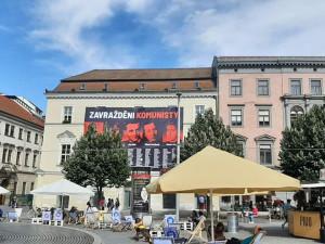Plachta na domě v centru Brna připomíná oběti komunismu