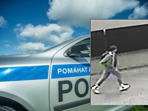 Policie pátrá po mladíkovi. Vyhlédl si ženu, kterou sledoval až domů, kde ji napadl