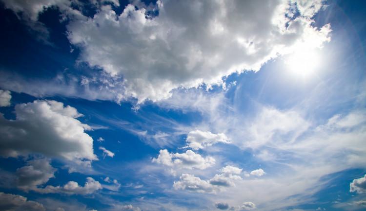 POČASÍ NA ÚTERÝ: Teploty do šestadvacítky, ráno ojediněle mlhy