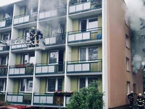 FOTO: V Žabovřeskách dnes ráno hořel bytový dům. Hasiči evakuovali 18 lidí a zachránili kočku