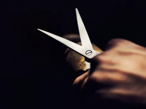 Mladíka v Brně vylekaly nůžky. Rozbil pěstí fasádu domu