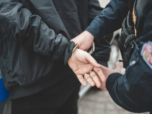 Muž, který v pátek napadl u Vaňkovky dvě ženy, se dnes sám přihlásil na policii