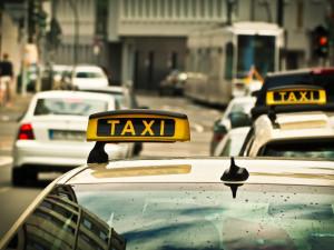 Brno zastropuje ceny za taxi přes aplikaci. Uber se do Brna nechystá, Bolt plánuje rozšíření mimo Prahu