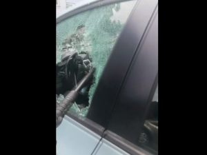 VIDEO: Batole zůstalo v Brně uvězněné v rozpáleném autě, zachránili ho až policisté