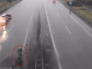 VIDEO: Řidič BMW nezvládl jízdu v dešti, auto pak na dálnici obcházel bez reflexní vesty