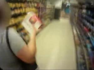 VIDEO: 'Nemáte chodit nakupovat, čumíte po lidech', vynadala žena v Brně strážníkovi, který ji chytil při krádeži bonboniér