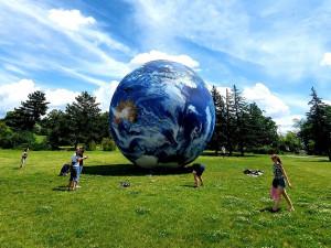 Na Kraví hoře se v pondělí poprvé nafoukne obří model Země. Terralóna je vysoká jako rodinný dům