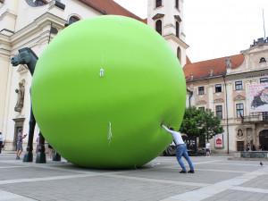 FOTO: Vedle Jošta zaparkoval obří hrášek. Připomíná dvě století od narození Mendela
