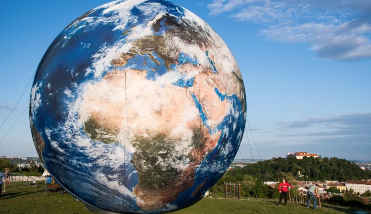 Na Kraví hoře vyrostl desetimetrový model Země