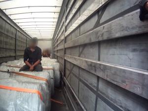VIDEO: Řidiči se nezdály zvuky z návěsu, celníci v něm našli Egypťana a dva Tunisany