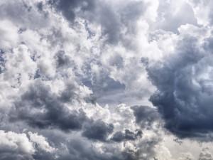 POČASÍ NA ČTVRTEK: Příjemný letní den se zataženou oblohou